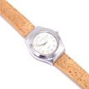 Silberne Uhr mit natürlichem Armband